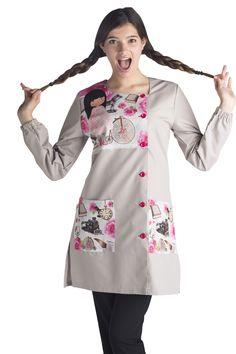 Bata Educación Infantil. Muy basica para terminar el ciclo escolar Tunic Blouse, Tunic Tops, Baby Dress, Dress Up, Blouse Nylon, Teacher Apron, Nylons, Lab Coats, Nursing Clothes