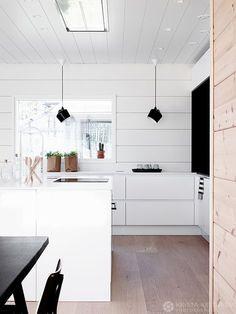 Etsimme tonttia, koska haaveilimme omakotitalon rakentamisesta. Vaikka olimme kiertäneet vuosia asuntomessuja, minä kiinnostuksen puolesta ja Mika Honkarakenteen myyntipäällikkönä, messurakentaminen ei ollut tullut meille mieleen. Kun tonttia ei kolmen vuoden etsimisen aikana löytynyt ja… Kitchen Furniture, Kitchen Dining, Kitchen Decor, Square Shower Enclosures, Log Home Decorating, Cuisines Design, Küchen Design, Log Homes, Home Renovation