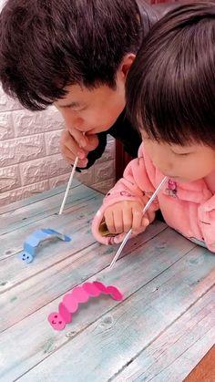 Basteln Idee für Kinder. Bastelt euch kleine Raupen und veranstaltet ein kleines Wettrennen.