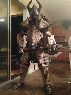 Dragonborn Warrior with Dragonbone Armor (The Elder Scrolls V: Skyrim) Skyrim Cosplay, Cosplay Armor, Armadura Medieval, Amazing Cosplay, Best Cosplay, Fallout, Dragon Bones, Armadura Cosplay, Knight
