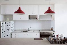 Concrete Copan Loft Apartment in Sao Paulo, Brazil  Me acostumando com a ideia de uma cozinha pequena.