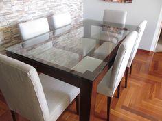 juego de comedor base en madera mohena y tablero de vidrio de 15mm,acabados en laca satinada y sillas tapizadas