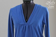 Tutorial and free pattern to make a pleated collar women's t-shirt - by Melly Sews