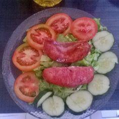 Café da manhã. #lowcarbo# #lowcarb# #lchf# #baixocarbo# #zeroaçucar# #gorduraboa# #cafedamanhã# #breakfast# #salada# #tomate# #pepino# #alface# #linguiça# #projetomariopaz1985# #vidasaudavel# by mariopaz1985