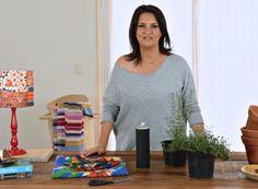 Dê vida nova aos vasos da sua casa encapando-os com tecidos coloridos. Eles podem deixar a janela ainda mais bonita. Confira o passo a passo neste vídeo bem curtinho
