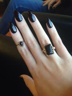 black nails midi ring