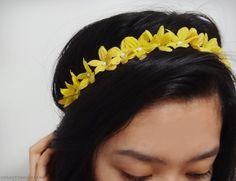 simple and dainty flower headband diy Daisy Headband, Flower Headbands, Diy Hairstyles, Pretty Hairstyles, How To Make Skirt, Princess Outfits, Diy Hair Accessories, Hair Dos, Diy Flowers