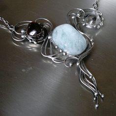 Opera (akvamarín+křišťál+granát) Výrazný,společenský náhrdelník z velkého cínovaného akvamarínu (Mosambik),křišťálu a granátu. Patinováno,leštěno,broušeno,povrchově ošetřeno antioxidantem. Přívěsek o velikosti 10 x 9 cm je zavěšen na antracitovém řetízku se zapínáním na karabinku,délka - obvod cca 46 cm. Na cínování polodrahokamů používám atestovaný ...