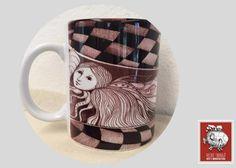 Taza decorada con diseño de Leticia Tarragó  Si buscas:  *Tazas decoradas para regalo  *Tazas decoradas de artista  *Tazas de café para negocio  llegaste al lugar correcto :) hacemos envíos a todo México.  Para pedidos de mayoreo comunicate a través de nuestra página web vilchistarrago.com