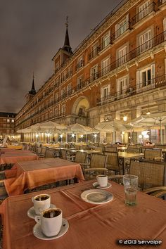 Terrazas-café en la plaza Mayor de Madrid.- Spain