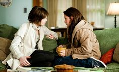 19 december 2012: Luchtje. Foto: Ashley Greene als Alice Cullen en Kristen Stewart als Bella Swan bespreken luchtjes in The Twilight Saga: New Moon