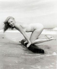 Marilyn Monroe, she looks so happy and youthful! :: Young Marilyn Monroe:: Marilyn Monroe with long hair:: Beach Pin Up Marylin Monroe, Marilyn Monroe Fotos, Joe Dimaggio, Photos Encadrées, Beach Photos, Iconic Photos, Pin Up, Long Island, Photos En Bikini