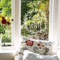 Met de hand getekende 'Hallo lente' bloemenkrans #raamtekening om te vieren dat het weer zoveel fijner en dagen langer worden! Cama Design, Freedom House, Window Markers, Painting On Glass Windows, Posca Art, Chalk Markers, Window Art, Diy For Kids, Decoration