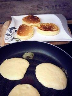 Rezept dicke saftige Pancakes snacks with bread Dicke Pancakes Pancake Recipe With Yogurt, Greek Yogurt Pancakes, Best Pancake Recipe, Pancake Recipes, Snacks Sains, Chocolate Chip Pancakes, Homemade Pancakes, Savoury Cake, Food Blogs