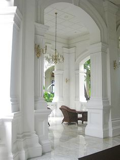 An incredible site for learning everything about luxury hotels and the French art of welcoming on this site: http://www.laurentdelporte.com/en/ Raffles Hotel, Singapore.