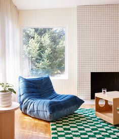 The checkerboard rug design in this living room is fun and cozy. Black And White Backsplash, Mid Century House, Home Renovation, Floor Chair, Cool Furniture, Bean Bag Chair, Lounge, Middle School, Chairs