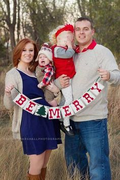 be merry 2014 christmas family outdoor photoshoot idea - christmas banner family photo baby photo-f01393.jpg (480×720)