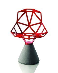 En 10 ans, un nombre incalculable de chaises nous a été proposé par les différents éditeurs de design. Parmi elles, il en est une, présentée en 2005 par Magis, qui sort incontestablement du lot : Chair One du designer allemand Konstantin Grcic et de son...