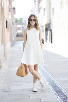 Look com vestido, dress and sneakers, white sneakers, tent dress, swing dre How To Wear White Converse, How To Wear Sneakers, Dress With Sneakers, White Sneakers, Sneaker Outfits, Outfits With Converse, Trendy Dresses, Women's Fashion Dresses, Casual Dresses