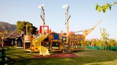 ZONA INFANTIL EXTERIOR: Algo parecido sería el parque o zona infantil del hotel Familyland. Zonas verde con toboganes divertidos y sitios donde esconderse. ¡se aceptan padres!