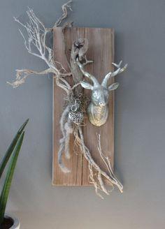 HE61 – Wanddeko aus altem Holz! Altes Brett bearbeitet und gebeizt,dekoriert mit natürlichen Materialien, einem Ornamentherz und einem kleinen Hirschkopf! Größe ca.20x60cm – Preis 49,90€