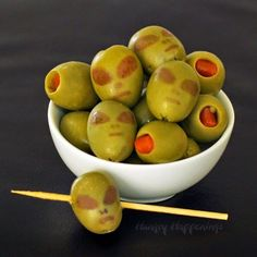 Olive Aliens ~ Turn ordinary green olives into Aliens for your Halloween party this year. Your guests will get a kick out of seeing an alien in their martini or in a dish. Halloween Snacks, Diy Halloween Party, Hallowen Food, Alien Halloween, Fairy Halloween Costumes, Halloween Dinner, Halloween Goodies, Halloween Appetizers For Adults, Halloween Apps