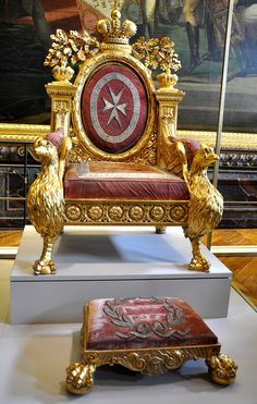 Trône et marchepid de Paul - Exposition Versailles - Category:Belongings of Paul I of Russia - Wikimedia Commons King On Throne, Royal Throne, King Throne Chair, French Furniture, Unique Furniture, Sofa Chair, Armchair, Oak Panels, Curved Wood