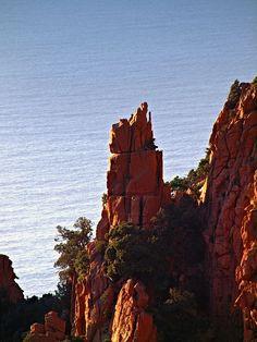 Région de Sevi in Fora - Piana L'évêque » dans les Calanche - Les calanques de Piana situées à une dizaine de kilomètres au sud de Porto, sont considérées comme l'une des merveilles de la Corse. Un lent travail d'érosion a donné à ces rochers granitiques déchiquetés, surplombant de 300 mètres une mer bleue et profonde, des formes étranges et parfois fantastiques : piques, colonnes et figures rongées par le vent et la mer. Elles sont inscrites au Patrimoine mondial depuis 1983.