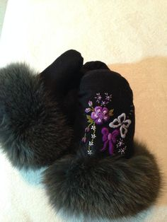 Currently My favorite mitts! Embroidery flower, butterfly and bow mitts. Made by Eva Saunders Native American Regalia, Native American Fashion, Native Beading Patterns, Sewing Crafts, Sewing Projects, Beaded Moccasins, Sweater Mittens, Indian Crafts, Sewing Material