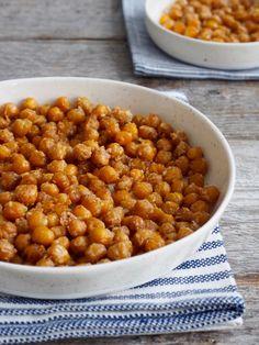 En enkel oppskrift på ovnsbakte kikerter med hvitløk og parmesan - perfekt som snacks, men også i salater, med pasta, på suppen, osv.osv.