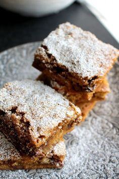 Sega_twixrutor_recept_långpannekaka Dessert Bars, Dessert Recipes, Desserts, Fika, Brie, Banana Bread, Food And Drink, Sweets, Candy
