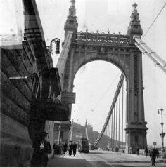 Erzsébet híd pesti hídfő, Buda felé nézve. Old Pictures, Old Photos, Vintage Architecture, George Washington Bridge, Budapest Hungary, Brooklyn Bridge, Historical Photos, The Past, Marvel