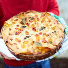 Is jouw favoriete Italiaanse gerecht ook lasagne? Probeer deze lasagne van Jamie eens; makkelijk om te maken én lekker. Volg de stappen van dit snelle recept en schuif de lasagne de oven in.    1 Verwarm voor de bechamelsaus de melk met het...