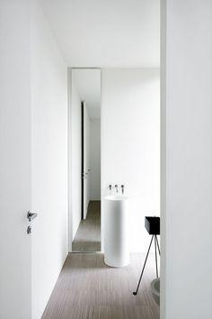 Door de spiegel naast de wasbak te plaatsen krijg je een enorm ruimtelijk effect, mooi gedaan. piero lissoni5