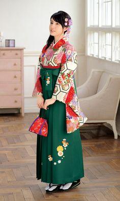袴 Japanese Yukata, Japanese Costume, Japanese Outfits, Japanese Fashion, Traditional Fashion, Traditional Dresses, Geisha, Kimono Fashion, Fashion Outfits