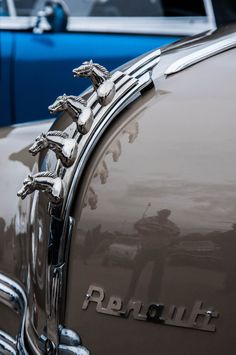 Renault is French for 4 horses. Retro Cars, Vintage Cars, Antique Cars, Car Badges, Car Logos, Car Symbols, Car Bonnet, Car Hood Ornaments, Radiator Cap