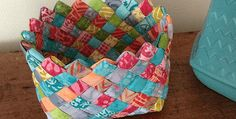 Woven Fabric Basket - Tutorial (Quilting Patterns and Tutorials) Scrap Fabric Projects, Fabric Crafts, Sewing Crafts, Sewing Projects, Quilting Tips, Quilting Tutorials, Quilting Projects, Fabric Strips, Woven Fabric