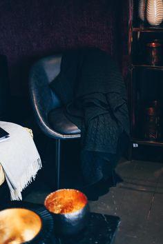 Einrichtungsideen, Frühlings-Deko, Esstisch, Fensterbank, Sofa, Samt, Wohnbereich dekorieren, Interior Blog, Interior Magazin, whoismocca.com     #homeinterior #whoismocca #interiordesign #einrichtungsideen #frühlingsdeko #ostern #spring #textilien #stoffe #kissen #decken #farben #materialien #tirol #flagshipstore #einrichtungexperten #inspiration Interiordesign, Home Interior, Blog, Trends, Inspiration, Furniture, Home Decor, Living Area, Ceilings