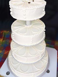 Eine große Torte für den großen Tag. Hochzeitstorte in edlem Weiß.