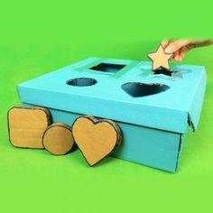 Juguete casero de figuras de encajar para bebés y niños. Se trata de una manualidad infantil de reciclaje. para crear juegos con cartón. Un bonito juego de piezas encajables para que tus hijos jueguen.