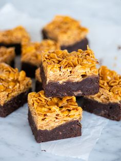 Brownies med cornflakes i saltkolasås Dessert Drinks, Dessert Recipes, Desserts, Brownie Packaging, Cocoa Cake, Blondie Brownies, Vegan Sweets, Baked Goods, Sweet Recipes