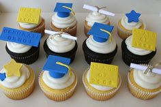 (Back to front) Orange, Chocolate and Lemon cupcakes, all with vanilla cream cheese frosting. Graduation themed handmade fondant (and paper) decorations. Graduation Desserts, Outdoor Graduation Parties, Graduation Cupcakes, Graduation Decorations, Graduation Ideas, Take The Cake, Love Cake, School Cupcakes, Dessert Oreo