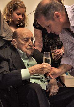 O arquiteto Oscar Niemeyer no aniversário de 104 anos ao lado da mulher, Vera Lucia, de familiares e amigos em seu escritório em Copacabana