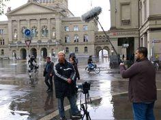 Pierre Vogel posiert vor dem Bundeshaus in Bern. Bern, Street View, Tours, Switzerland, Destinations, Viajes