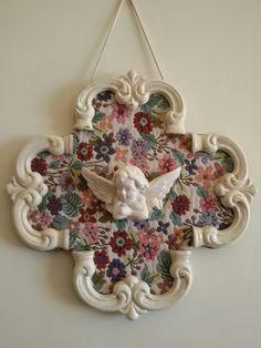 Quadretto realizzato con fregi in legno verniciati e anticati, incollati su pannello in cartone rigido ricoperto da stoffa.angelo in marmo verniciato e anticato.