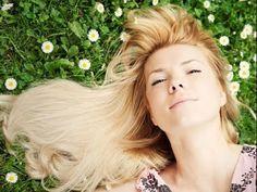 como aclarar el cabello con camomila o manzanilla fuente de la imformacion del video: http://suite101.net/article/truco-casero-para-aclarar-el-pelo-rubio-con...
