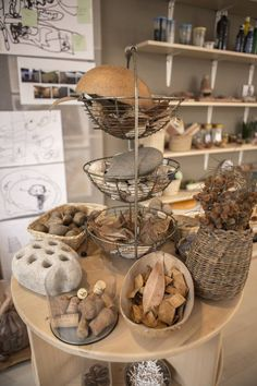 Sensory table: Loose Parts storage - Nido la Casa Amarilla ≈ Play Based Learning, Learning Spaces, Learning Environments, Reggio Emilia Classroom, Reggio Inspired Classrooms, Reggio Emilia Approach, Family Day Care, Outdoor Classroom, Nature Table