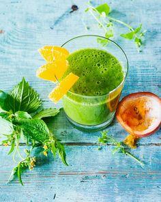 Grüner Smoothie mit Orange, Birne, Banane und Maracuja