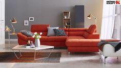 Dieses orange Sofa gibt im Wohnzimmer den Ton an.