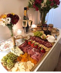 The video consists of 23 Christmas craft ideas. Charcuterie Recipes, Charcuterie Platter, Charcuterie And Cheese Board, Cheese Boards, Appetizer Recipes, Appetizers, Party Food Platters, Cooking Recipes, Healthy Recipes